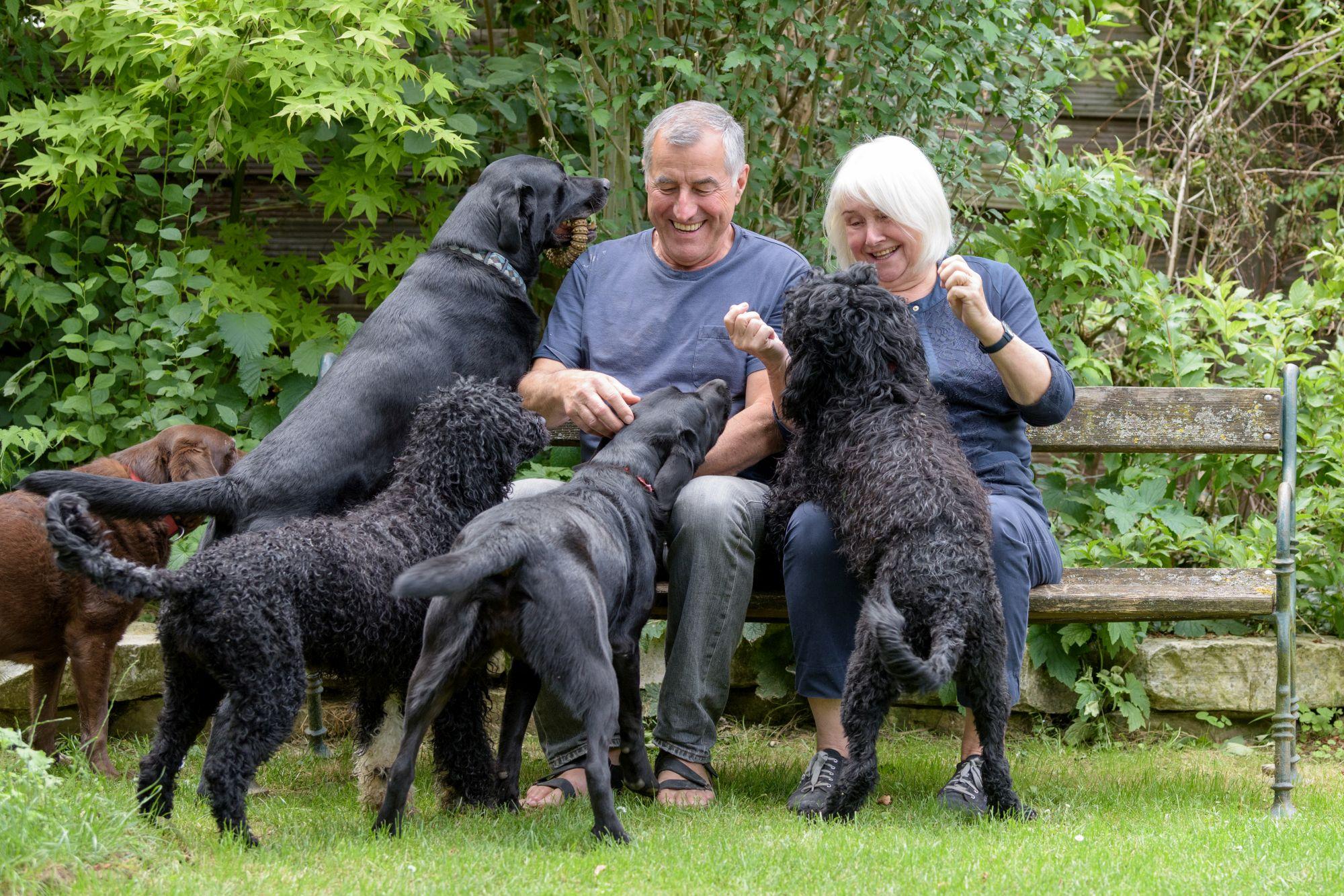 Barbara und Karl Vogelmann mit ihren Hunden